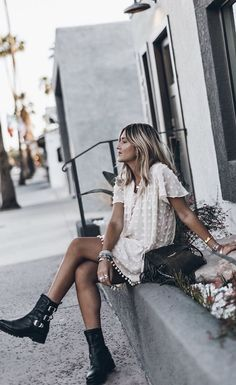 Biker Boots for Women: How to Wear Them. How to wear a pair of combat boots in Combat boots outfits for women over 40 and over Combat Boots Dress, Biker Boots Outfit, Summer Boots Outfit, Combat Boot Outfits, Military Boots Outfit, Outfits With Boots, Dress Boots, Mode Outfits, Fall Outfits