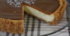 Tässäpä aivan ihana juustokakku kinuskikuorrutteella ja sormisuolalla ♥ En edes keksi millä sanalla tätä vois tarpeeks hyvin kuvata, lyhyes... Salted Caramel Cheesecake, Cheesecakes, Macarons, Goodies, Pie, Desserts, Food, Sweet Like Candy, Torte