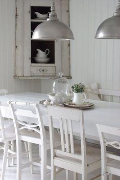 Mooi wit vintage wonen. Moooiii! Wat een heerlijke sfeer voor de hal met trap.  Knusse slaapkamer. ...