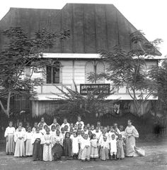 Concepcion School for Girls, Manila, circa 1900 #kasaysayan #pinoy #classpicture Filipino Architecture, Ancient Greek Architecture, Gothic Architecture, Filipino Culture, Chinese Culture, Intramuros, Vigan, Class Pictures, Manila Philippines