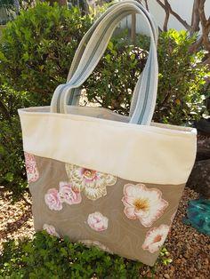 Bolsa de lona feminina. Aplicação em flores. Forrada, com bolso interno e fechamento em ziper. Presente ideal. Professora. Dia das mães