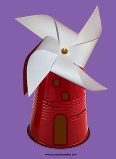 Mulino a vento da realizzare con un bicchiere di plastica e cartoncini colorati. Vediamo ora nel dettaglio il materiale e i passaggi da eseguire. LAVORETTI