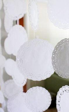 {Pour des rideaux} Ce soir, Avecses10ptitsdoigts a, une nouvelle fois, envie de partager avec vous une jolie découverte faite sur le blog sarah hearts. On y apprend comment confectionner un rideau avec des napperons en papier. Oui, ces jolis napperons...
