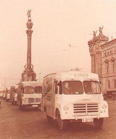 Camiones de reparto antiguos de Bimbo, Barcelona Places Around The World, Around The Worlds, Barcelona Catalonia, Retro, Taj Mahal, Madrid, Nostalgia, Trucks, Spaces