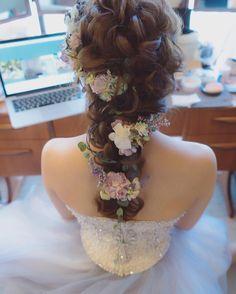 Romantic Bridal Updo With Veil Beautiful Ideas Curly Wedding Hair, Wedding Hair Flowers, Flowers In Hair, Bridal Updo With Veil, Bridal Hairdo, My Hairstyle, Bride Hairstyles, Bridal Makeup, Wedding Makeup