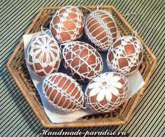These eggs a decorated with a crocheted covering. I think they are gorgeous. Egg Carton Crafts, Egg Crafts, Easter Crafts, Holiday Crafts, Diy And Crafts, Holiday Crochet, Easter Crochet, Yarn Flowers, Crochet Flowers