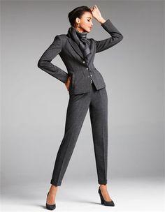 Unkomplizierter Jerseyblazer mit Viskose, Schmale Jerseyhose in Zigarettenform mit Bundfalten, Damenschal mit M-Logo