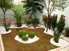 Um jardim de acordo com o Feng Shui, possui linhas sinuosas, pedras, planta buxinho para chamar a energia pela sua forma arredondada, gramado, arvoretas, tudo em harmonia. Cursos: www.elisabeteabreu.com.br