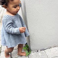 Ravelry: Roxy Romper & Roxy Dress pattern by Pernille Larsen Girls Knitted Dress, Knit Baby Dress, Knitting For Kids, Baby Knitting, Crochet Bebe, Knit Crochet, Baby Dress Patterns, Knitted Coat, Baby Sweaters