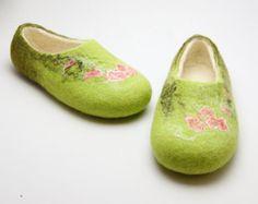 Gefilzte Hausschuhe Verdure - handgemachte indoor Schuhe grün mit Rosen - Filz wolle merino