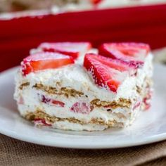 The graham crackers get soft and cake-like and are stuffed between layers of sweetened whipped cream and juicy strawberries. - Sprinkle Some Sugar (Strawberry Icing Graham Crackers) Strawberry Icebox Cake, Strawberry Desserts, Strawberry Shortcake, Sweetened Whipped Cream, Graham Crackers, Food Cakes, Cinnamon Rolls, Cake Recipes, Fun Recipes