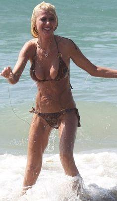 Tara Reid & her super-skinny bikini body hit the beach with new man