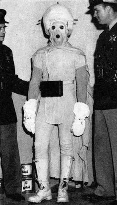 The Little Blue Man, aliens may have technology but they don't have tailors. Aliens, Ufo, Bizarre Photos, Creepy Photos, Weird Old Photos, Rare Pictures, Deal With The Devil, Macabre, Historical Photos