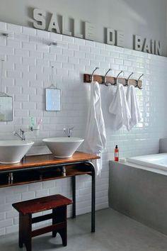 Retour à l'école avec cette salle de bains au carrelage blanc