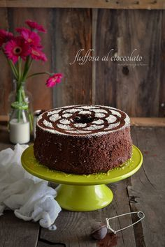 """la Fluffosa è una torta a forma di ciambella bella alta e super soffice, morbidosa, dalla consistenza spugnosa, una nuvola per essere più precisa, che ruba prepotentemente la scena alla tanto conosciuta e amata Chiffon cake. Questa versione """"dark"""" della chiffon ribattezzata, appunto, """"fluffosa"""" da Monica Zacchia è fantastica con tutto il gusto del cioccolato fondente, anche lei bella alta, rotonda, elegante e vanitosa ."""