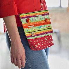 Free bag pattern - Just Bright Quilted Messenger Bag . This simple, stylish messenger bag is just the right size to hold your keys and wallet for a quick trip to your favorite neighborhood coffeehouse. Messenger Bag Patterns, Mini Messenger Bag, Bag Patterns To Sew, Sewing Patterns, Handbag Patterns, Craft Patterns, Quilt Patterns, Knitting Patterns, Crochet Patterns