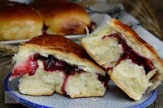 Bucte cu gem de visine - CAIETUL CU RETETE Romanian Food, Hot Dog Buns, Food And Drink, Sweets, Bread, Breakfast, Healthy, Desserts, Mary