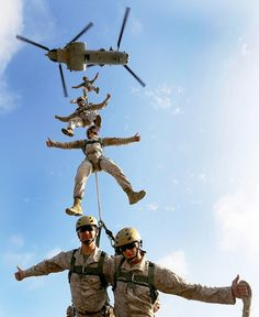 These Recon Marines give SPIE rigging two thumbs up! Marine Corps photo by Cpl. Farmer/Released) I seen some marines do this at 29 Palms very cool Military Humor, Military Life, Military Force, Military Training, Military Art, Marine Mom, Us Marine Corps, Army Infantry, Pilot