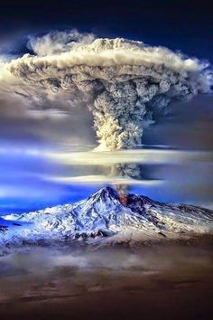 Incredible and breathtaking weather phenomena. Mother Nature is a true artist, You must see it! Volcano eruption, rainbow and lightning, tornadic supercell . Nature Pictures, Cool Pictures, Beautiful Pictures, Pics Of Nature, Nature Nature, Beautiful World, Beautiful Places, Landscape Photography, Nature Photography