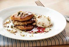Opskrift på lækre klatkager af risengrød som serveres fx med kanelsukker og flormelis eller syltetøj - få opskriften på klatkagerne her
