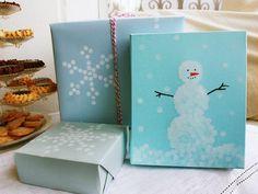 水色の包装紙に雪の結晶マーク、赤と白のボンボンで☆