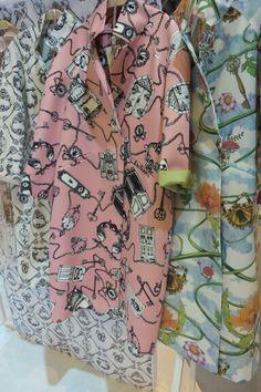 """Imprimés fous sur le stand """"Chez HEEZIN"""" ! Fashion Designers, Korean Fashion, Kimono Top, Button Down Shirt, Men Casual, Detail, Mens Tops, Shirts, Women"""