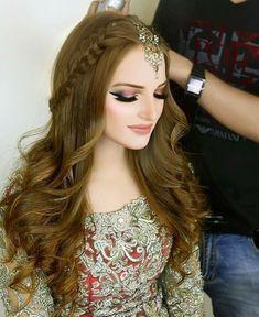 Mehndi Hairstyles, Pakistani Bridal Hairstyles, Lehenga Hairstyles, Open Hairstyles, Indian Hairstyles, Bride Hairstyles, Hairstyles For Long Hair Wedding, Tikka Hairstyle, Dinner Hairstyles