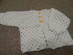 In this video you will learn how to crochet this baby cardigan/sweater. Using basic stitches you will be able to crochet this lovely baby cardigan. Baby Boy Crochet Blanket, Crochet Baby Cardigan, Easy Crochet, Knit Crochet, Baby Pullover, Crochet Videos, Baby Sweaters, Beautiful Crochet, Baby Knitting