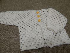 Sweter para bebe recien nacido a tres meses esta tejido con 50 grs. de estambre lo puedes tejer al tamaño que necesites y los botones va a definir si es para...