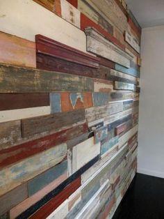 parede com madeira de demolição.