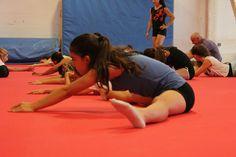 Una de las alumnas realizando estiramientos en nuestra escuela de verano Set de Circ  #circo #deporte #circogranfele #setdecirc #estiramientos #calentamiento