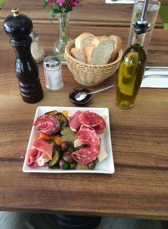 Sotto questo caldo ci deliziamo con un antipasto fresco e leggero, in attesa dei viaggiatori !!  #food #madeinitaly #italianfood #starter #curedmeat #cheese #germany #munich