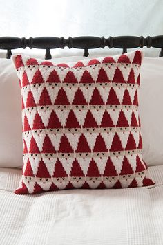 This knit Santa pillow from Knit Picks is totally adorable and looks like it would be a really fun color knitting project. The triangular Santas stack on top of each other into a fun allover pattern t Knitting Blogs, Loom Knitting, Knitting Projects, Christmas Cushions, Christmas Pillow, Knit Christmas Ornaments, Christmas Knitting Patterns, Crochet Patterns, C2c Crochet