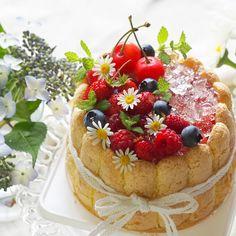 * * シャルロットケーキ✨ * 水切りヨーグルトに豆乳入りホイップでムースに! * さくらんぼの種を取りクラッシュゼリーをのせて! * ブルーベリー、ワイルドストロベリー、ラズベリー、さくらんぼをトッピング! * さくらんぼは頂き物 * ラズベリーもやっと紅くなってきてすごい楽しみ~ * * * 明日は✨孫の初誕生日✨ 赤ちゃんが、食べれるように甘さ控えめのヨーグルトムースにしました! * * * #手作りスイーツ#手作りケーキ#シャルロットケーキ#初誕生日#ヨーグルトムース#クラッシュゼリー#家庭菜園#ブルーベリー#ワイルドストロベリー#ラズベリー#誕生日ケーキ#おやつ#コッタ#クッキングラム#暮らしニスタ#今週もいただきます#instagramjapan #cookingram #wp_deli_japan #igersjp #icu_japan #kurashiru #kurasirufood #whim_fluffy #cuisine_captures #おうちごはん#snapdish #花のある暮らし#写真好きな人と繋がりたい
