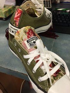 Custom Converse All Stars Green with roses. Custom Converse All Stars Green with roses. Converse All Star, Converse Outfits, Sneaker Outfits, Converse Sneakers, Floral Converse, Jean Outfits, Converse Chuck Taylor, Cute Shoes, Me Too Shoes