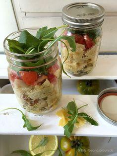 Mediterraner Nudelsalat im Glas – Rezept für veganen Nudelsalat mit Rucola und getrockneten Tomaten im Glas. Alle Zutaten schichten im Glas zum Mitnehmen.