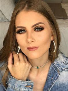 The makeup is cute, nice are earrings Gold Eye Makeup, Hair Makeup, Brunette Beauty, How To Make Hair, Pixie Cut, Beauty Make Up, Makeup Tips, Makeup Ideas, Wedding Makeup
