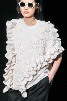 This crocheted wool Phillip Lim sweater features a ribbed knit crew neck, an asymmetric silhouette with one draped sleeve, ruffle trim at the sides and along the shoulders and a stepped Phillip Lim Wool Sleeveless Tank Crochet Cable Ruffles - Fashion Details, Love Fashion, Fashion Show, Fashion Design, Knitting Short Rows, Blusas Top, Crochet Cable, Crochet Top, Knitwear Fashion