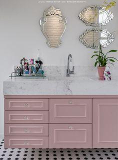 Banheiro vintage e romântico com espelhos venezianos charmosérrimos