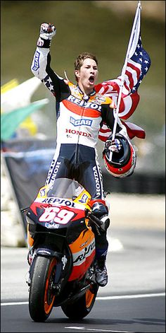 2006 - Nicky Hayden I miss sitting on the Corkscrew hill in the shade watching MotoGp! I can't believe it has been 9 years ago already since I was there! The next American in MotoGP? The next COMPETITIVE AMERICAN? Gp Moto, Motogp, Motorcycle Racers, Racing Motorcycles, Motorcycle Tips, Custom Motorcycles, Valentino Rossi, Hummer, Ayrton Senna