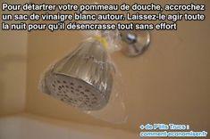 Mettre un sac autour du pommeau de douche avec du vinaigre pour détartrer