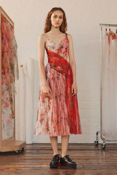 Alexander McQueen Spring 2020 Ready-to-Wear Fashion Show - Vogue Fashion Week, Trendy Fashion, High Fashion, Fashion Outfits, Woman Outfits, Fashion Clothes, Womens Fashion, Style Haute Couture, Couture Fashion