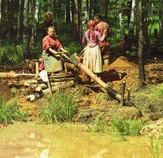 """На Урале рабочие жили часто в небольших поселениях при заводах и часто их облик действительно мало отличался от крестьянского. Бакальские рудники по уральским меркам были ещё передовым горнодобывающим производством. Прокудину-Горскому в объектив попадался и гораздо более примитивный уровень хозяйствования, как, например, на снимке """"Промывка руды бурого железняка на Шиловском руднике в 7 верст. от дер. Макаровой"""" (фрагмент)"""