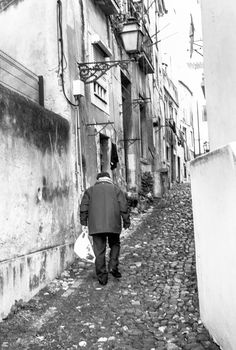 https://flic.kr/p/DyksZz | Revenant du marché, Lisbonne | Leica M8, summicron 35 v IV