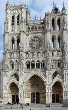 Hochgotische Fassade der Kathedrale von Amiens