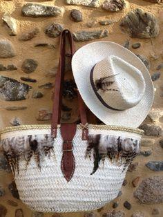 capazo blanco plumas y sombrero a conjunto