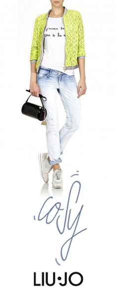Jeans and T-Shirt for the cozy look #liujo #sneakers