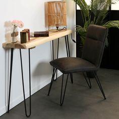 Table console en bois massif de Suar. Ce meuble d'appoint, pouvant servir de console d'entrée ou de salon, est composée d'un morceau de bois massif 120 x 30 cm posé sur 4 pieds épingle en métal noir. Cette console est parfaite dans une décoration contemporaine, ses lignes épurées pouvant s'intégrer dans tous les styles modernes. Hauteur du meuble : 80 cm. Vous pouvez poser sur cette console une lampe, un tableau, des plantes ou objets déco. Découvrez les autres meubles de la collection HAWAI…