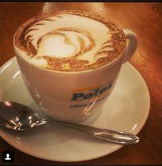 Cappuccino e coração na cafeteria Polos - latte art