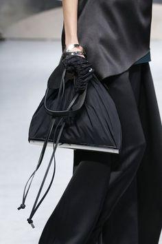 Fashion Bags, Fashion Show, Womens Fashion, Net Fashion, Style Fashion, Trendy Handbags, Urban Chic, Wearing Black, Fashion Details